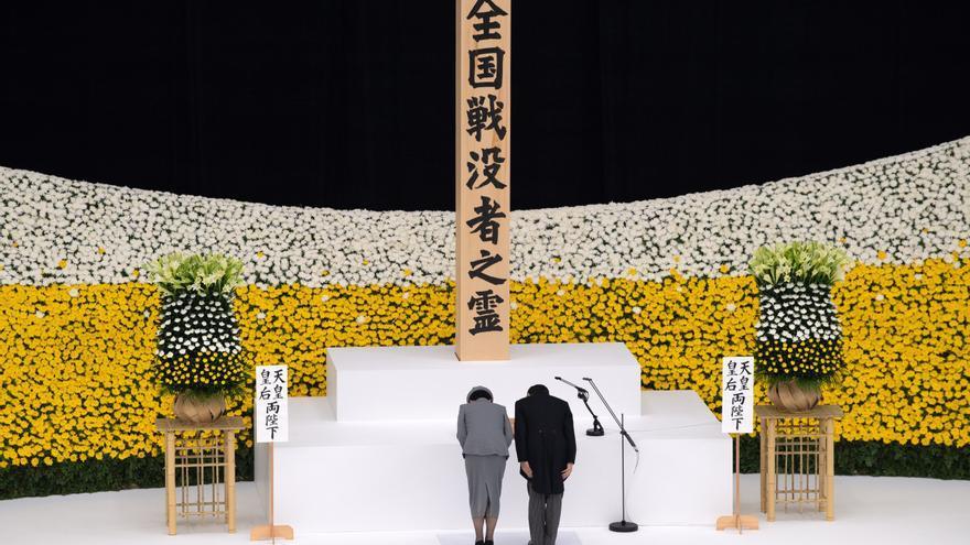 """Naruhito y Abe piden """"no repetir"""" los estragos de la II GM en el 75 aniversario"""