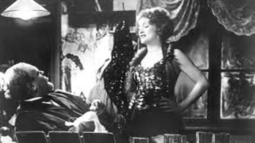Marlene Dietrich en jarras en 'El ángel azul'