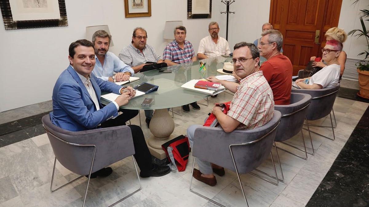 Bellido y miembros del Consejo del Movimiento Ciudadano, en una reunión en el Ayuntamiento.