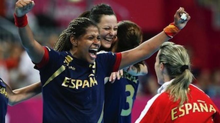 La grancanaria Mangué levanta los brazos tras conseguir la medalla de bronce. (Europa Press)