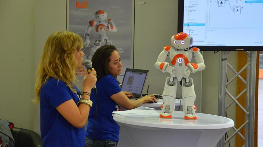 Desarrolladoras programando robots humanoides (Foto: tm-md, Flickr)