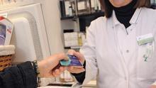 Una farmacéutica recogiendo una tarjeta sanitaria FOTO: JCCM