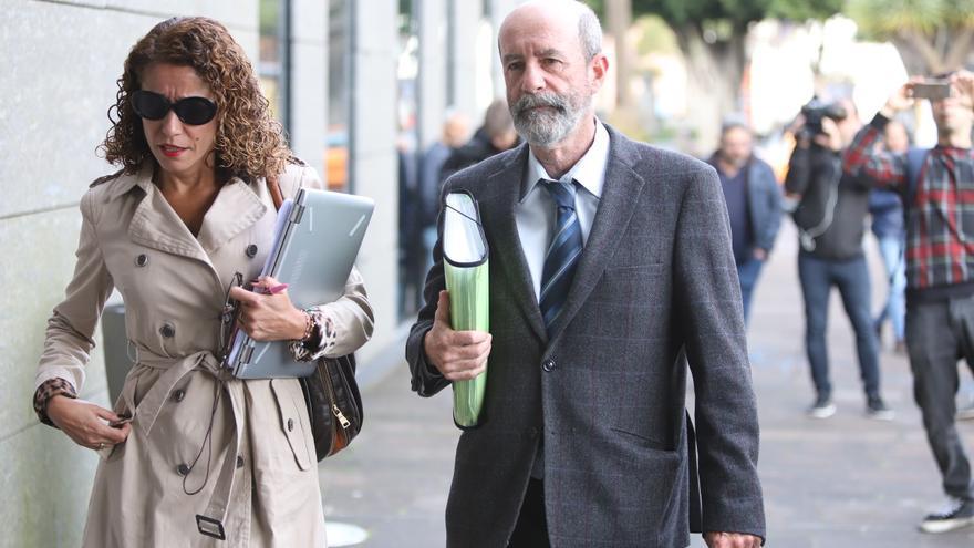 Santiago Pérez, a su llegada a los juzgados de La Laguna el día de la declaración de Clavijo por el caso Grúas