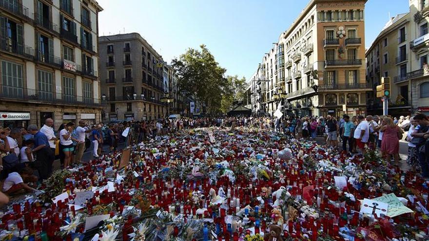 Homenaje popular a las víctimas del atentado en Barcelona. EFE. No todos son tan sinceros