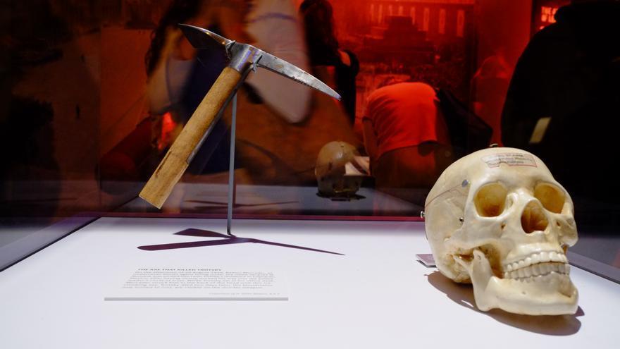 Piolet con el que Ramón Mercader asesinó a León Trotski en la exposición 'Spy: The Secret World of Espionage' en el Franklyn Institute de Filadelfia