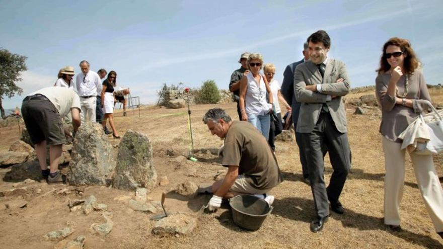 Ignacio González visita un yacimiento visigodo en Colmenar Viejo en 2012 / CAM