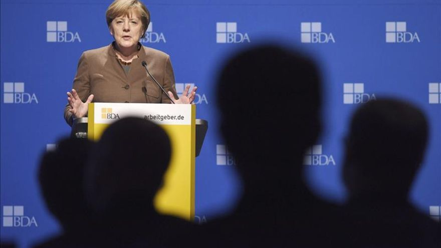Merkel defiende fijar contingentes de refugiados para descargar a Turquía