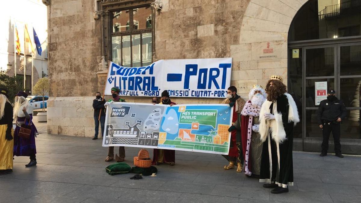 Protesta de la 'Comissió Ciutat-Port' ante el Palau de la Generalitat.
