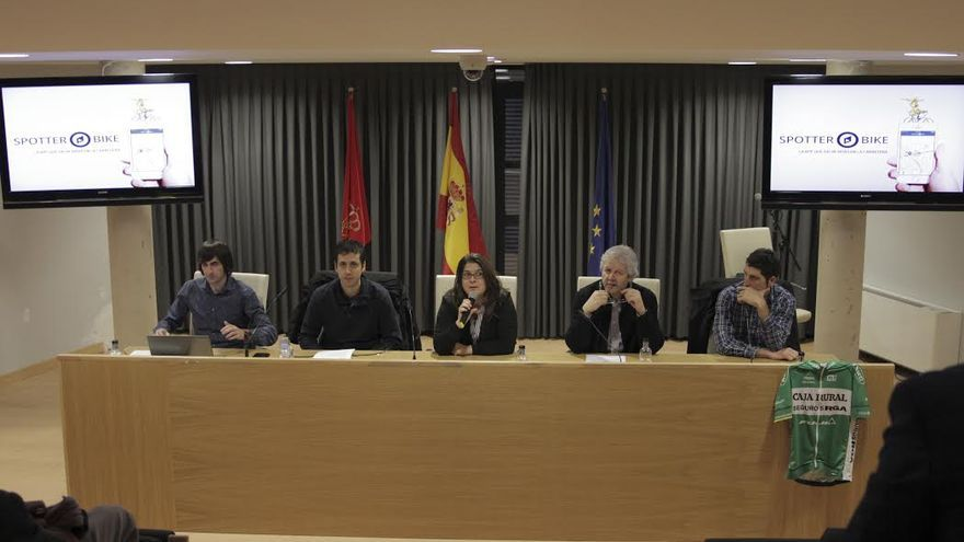 Alberto Aguado, Xavier Gabriel Jr, Olga Riseño (vicepresidenta de la mancomunidad), Xavi Gabriel (fundador de La Bruja de Oro) y Javier Aramendía (ciclista profesional de Caja Rural Team)