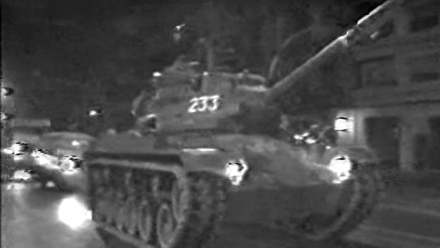 Los tanques recorren las calles de València la noche del 23 de febrero de 1981.
