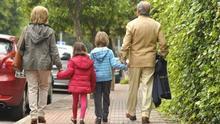 Abuela y abuelo con sus nietos.