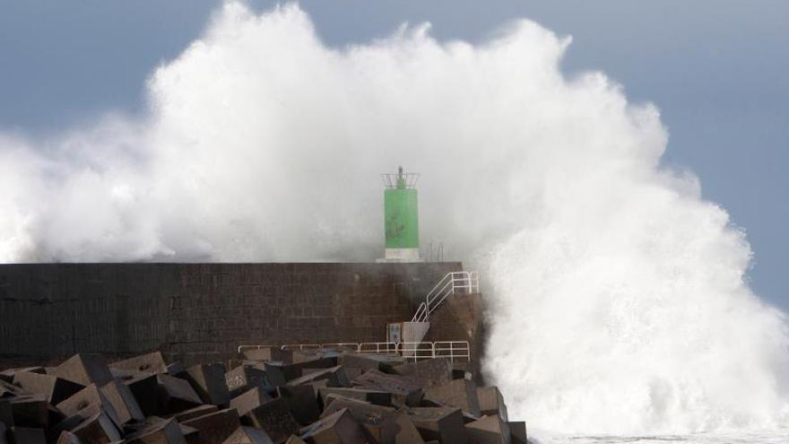 Olas de más de 11 metros y vientos de casi 80 km/h esta noche en A Coruña