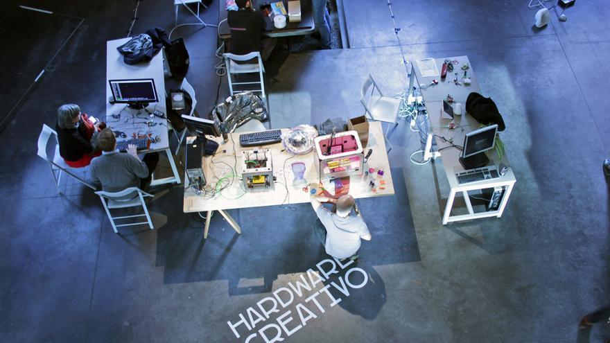 Una de las estaciones de trabajo, dedicada al hardware creativo, en la antigua Serrería Belga. Foto: Medialab-Prado.