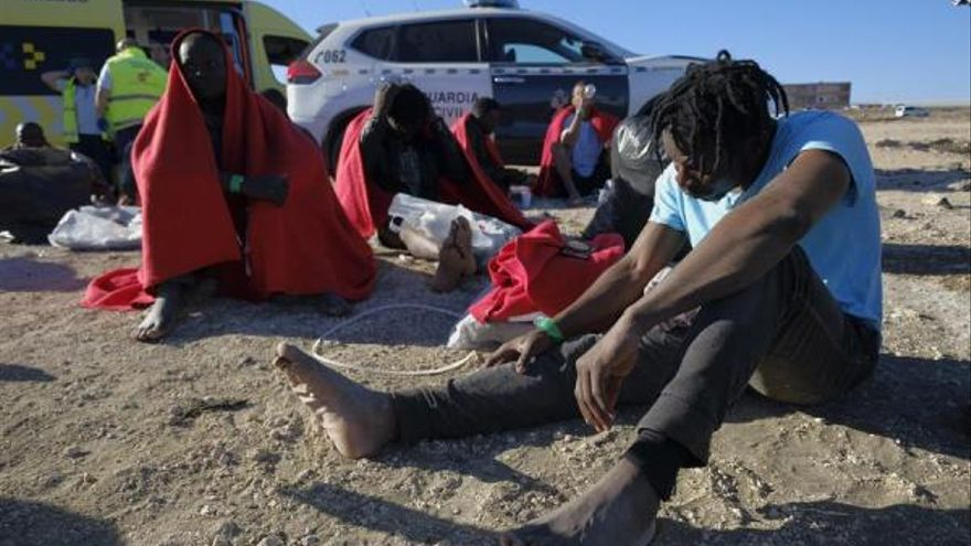 27 personas atendidas por servicios de emergencia en la playa de El Burrero. (EFE/Ángel Medina G).