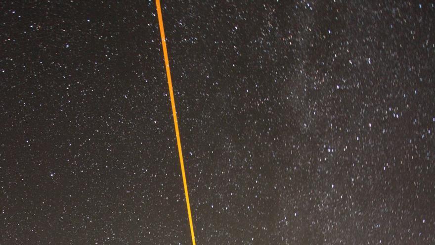 Imagen del láser de sodio de ESO propagándose en la atmósfera baja durante el experimento con el sistema de óptica adaptativa CANARY del WHT. Crédito:  Consorcio de CANARY-WLGSU. Descargar
