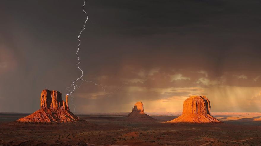 Monument Valey bajo la tormenta. Los juegos de luces y sombras acentúan la belleza de este paraje natural único. Ahmet Asar