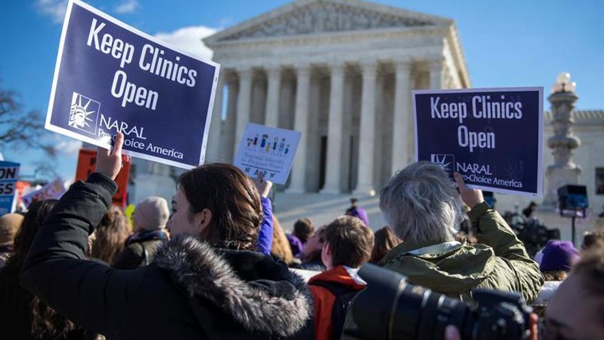 Cientos de personas se manifiestan contra la ley del aborto de Texas frente al Tribunal Supremo estadounidense.