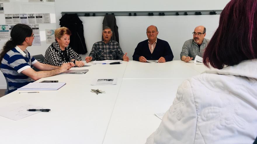 Varios de los asistente al debate, con el moderador, el martes en Vitoria