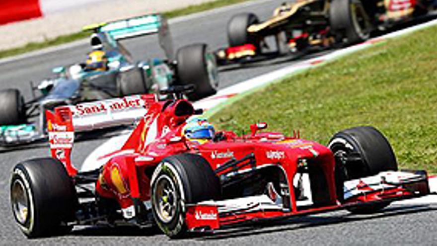 Montmelo (Spain), 12/05/2013.- Spanish Formula One driver Fernando Alonso of Scuderia Ferrari leads the pack during the 2013 Formula One Grand Prix of Spain at the Circuit de Catalunya in Montmelo near Barcelona, Spain, 12 May 2013. EFE/EPA/SRDJAN SUKI