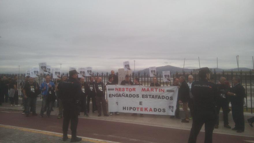 La Policía Nacional ha retenido a los trabajadores de Nestor Martin, que se manifestaban a las puertas del Palacio de Festivales.