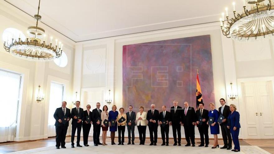 La coalición de Merkel promete cohesión tras un difícil arranque