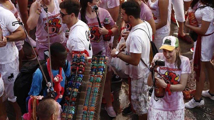 Pamplona, en fiestas con el chupinazo del impulsor del cántico a San Fermín