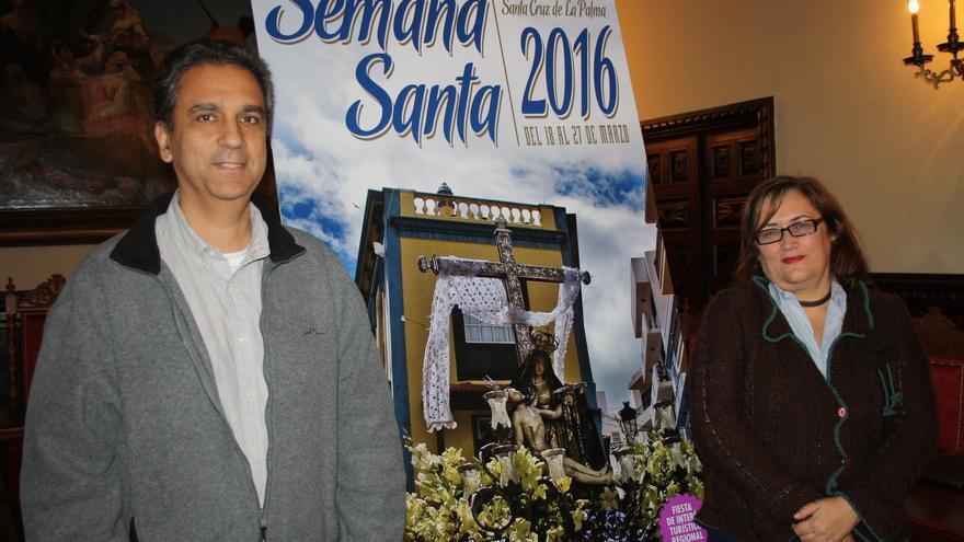 José F. Arozena y Guadalupe González Taño, este sábado, han presentado el cartel de la Semana Santa 2016 en Santa Cruz de La Palma.