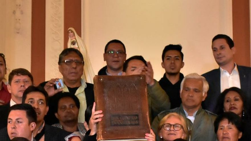 La senadora opositora Jeanine Áñez asume la presidencia interina de Bolivia.