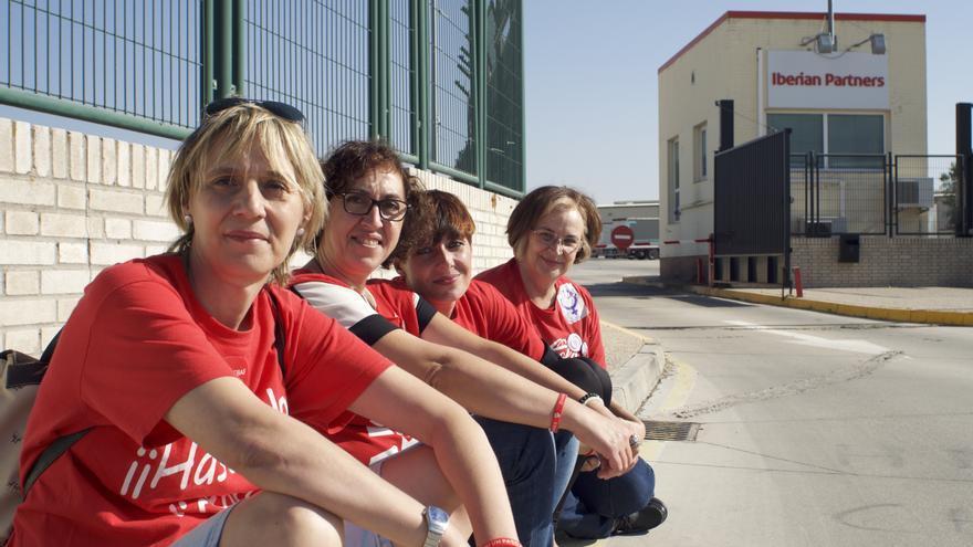 Las Espartanas en la entrada de la planta de Coca-Cola en Fuenlabrada.