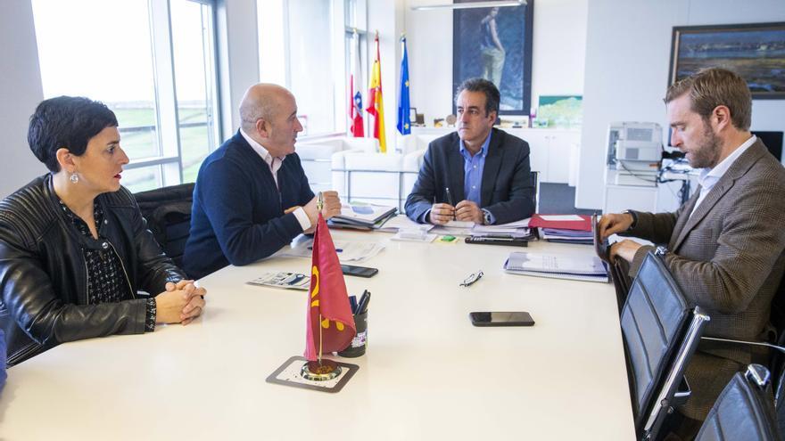 El consejero de Industria, Francisco Martín, se reúne con el alcalde de Cartes, Agustín Molleda.
