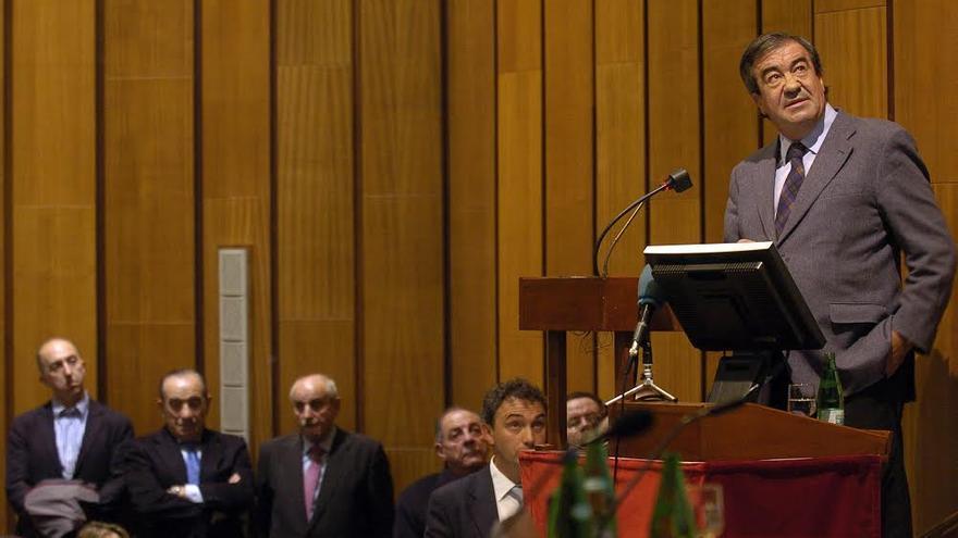 El actual director general de Carreteras de Fomento (en el centro), pasando diapositivas para Álvarez-Cascos en una conferencia en Oviedo en 2010. Foto: La Nueva España