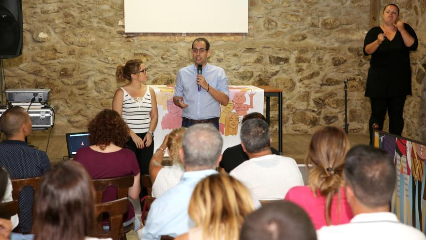 Ylenia Pulido y Miguel Montero en el acto de rendición de cuentas de Podemos Gran Canaria