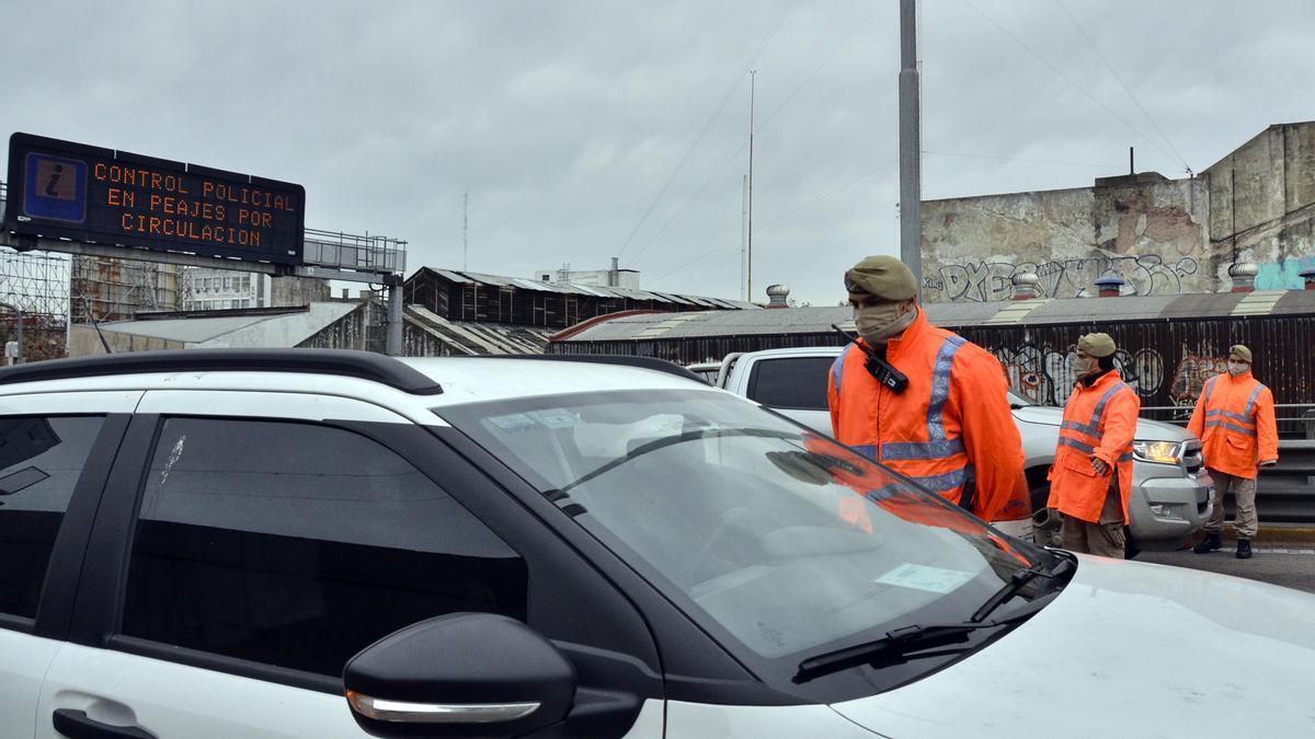 Controles en los accesos a la ciudad por la restricción en la circulación