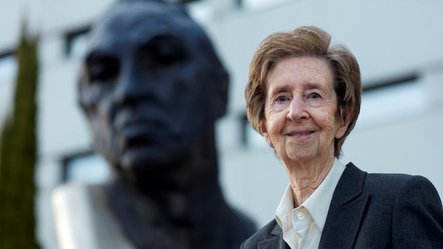 Margarita Salas, con el busto de Severo Ochoa detrás.