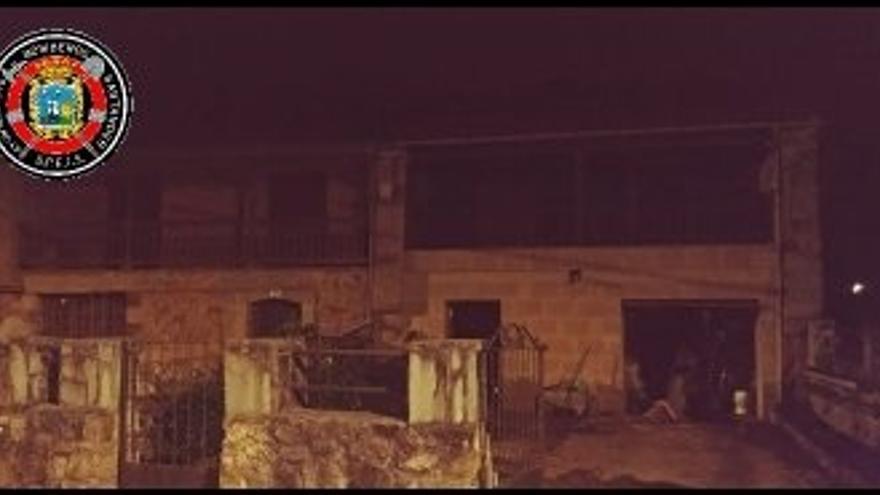 Bomberos de Santander apagan un fuego en una casa de Entrambasaguas