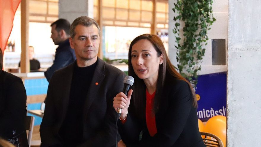 La diputada Sandra Julià junto a Toni Cantó.