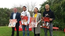 Jugadores de Sevilla y Betis presentan los calendarios 2018 que Coca-Cola ha realizado para ambos clubes