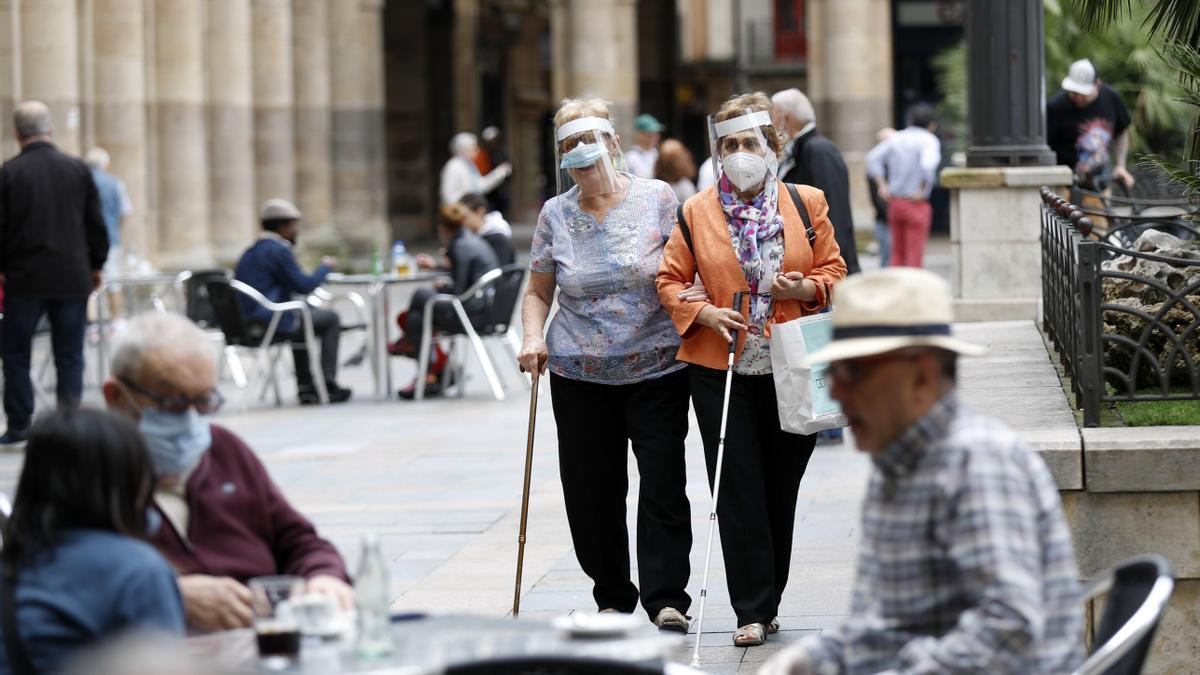 Unos clientes disfrutan de las terrazas en Bilbao. EFE/Luis Tejido/Archivo