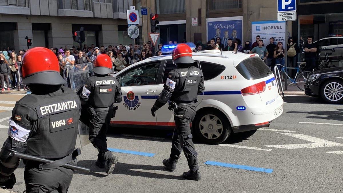 Antidisturbios de la Ertzaintza, en Vitoria, en 2019