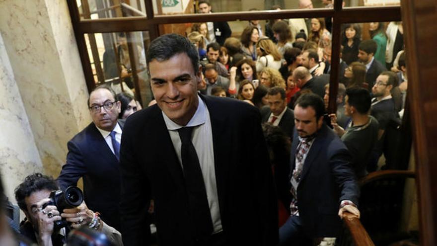 Pedro Sánchez, tras abandonar el hemiciclo recién elegido presidente. MARTA JARA