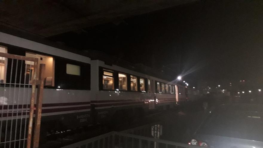 Dos averías, en la catenaria y en un tren, obligan a transbordar cercanías y medias y largas distancias de Cantabria