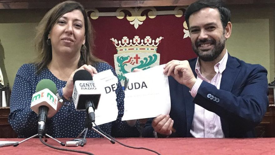 Sandra Rodríguez y Lope Afonso, alcalde de Puerto de la Cruz, este lunes