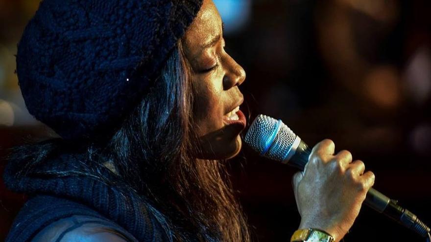 La cantante Deelee Dube.