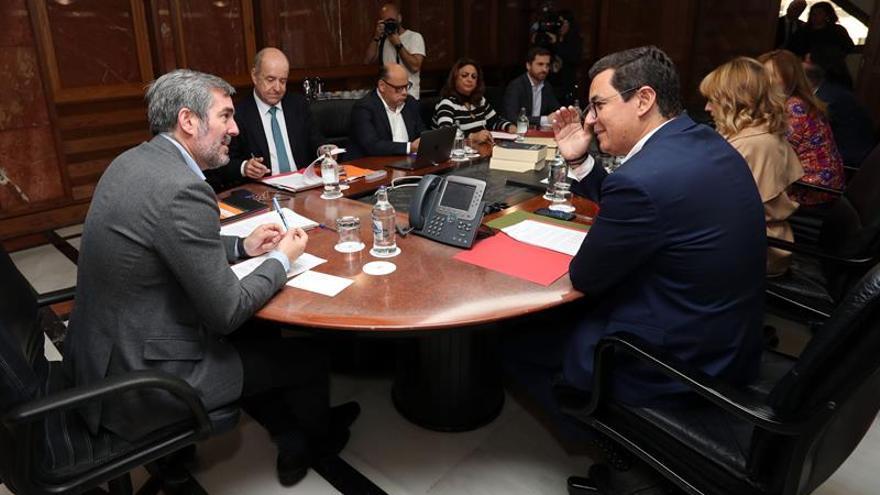 El presidente del Gobierno de Canarias, Fernando Clavijo (i), y el vicepresidente, Pablo Rodríguez (d), durante la reunión del consejo de gobierno. EFE/Elvira Urquijo A.