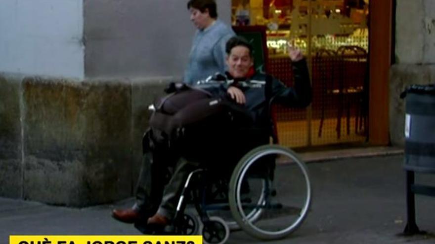 Jorge Sanz se cuela en silla de ruedas en un directo callejero de TV3