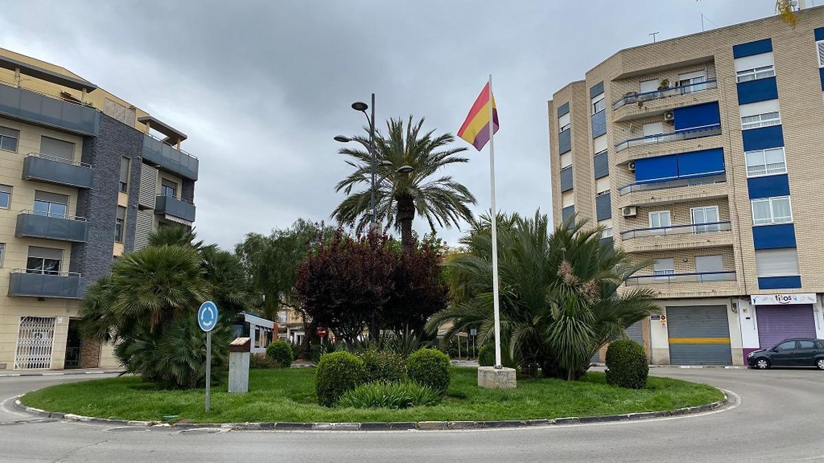 La bandera republicana oneja a Paterna.