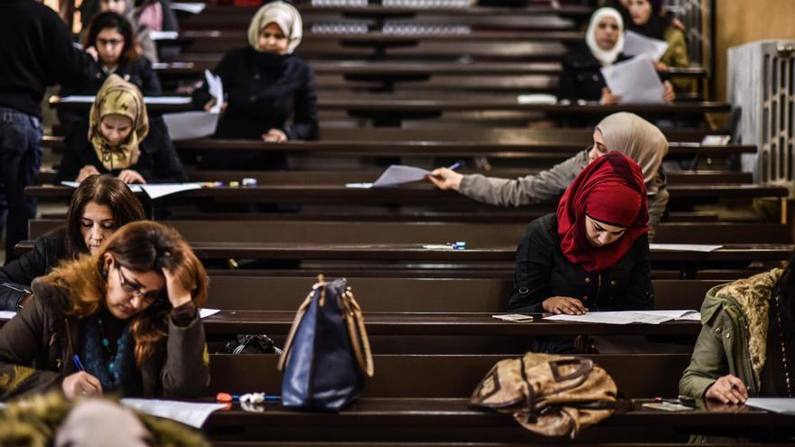 """El 70% de los estudiantes en las universidades son mujeres. La gratuidad de los estudios superiores en Damasco y la pérdida de potenciales maridos está provocando una mayor afluencia de las mujeres a las universidades. """"Ahora, a los 23 años, en lugar de cuidando al hijo están acabando la carrera"""", algo que puede contribuir a una mayor independencia económica que evite matrimonios forzosos un mayor empoderamiento económico."""