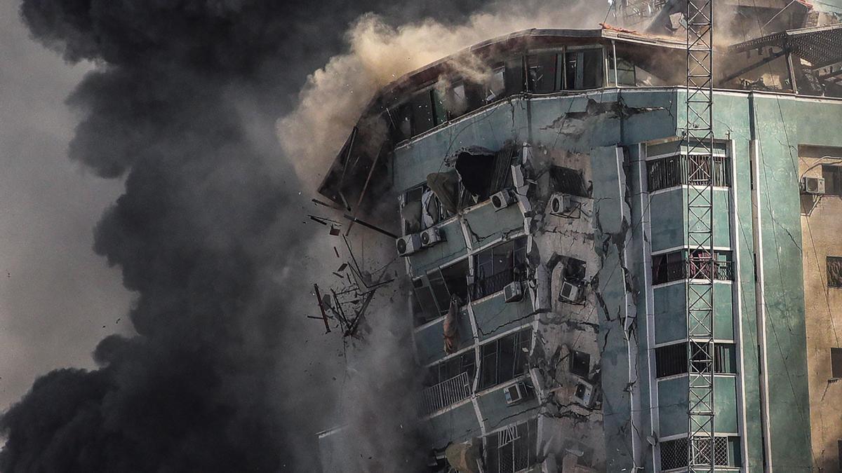 Imagen de la sede de varios medios internacionales en Gaza derrumbándose tras recibir el impacto de cuatro misiles israelís