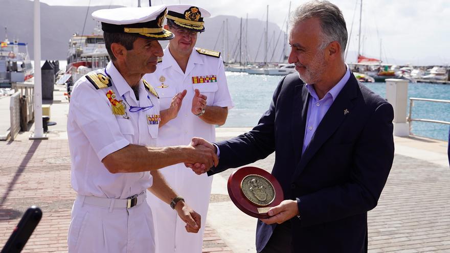 El presidente del Gobierno, Ángel Víctor Torres, saludando a la tripulación del buque escuela 'Elcano'.