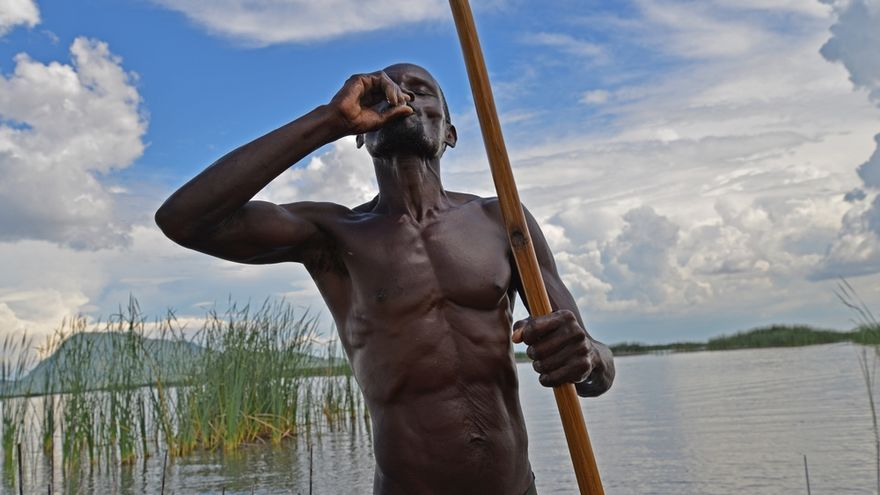 Durante las campañas de vacunación que MSF lleva a cabo en Malaui, algunos pescadores se acercan al barco de la organización y la vacunación se realiza directamente sobre el agua. El año pasado, Malaui sufrió las inundaciones más graves de las que se tiene memoria: casi 180 personas murieron y más de 200.000 tuvieron que dejar sus casas. Las clínicas móviles de MSF realizaron 40.000 consultas ambulatorias, distribuyeron artículos de primera necesidad a más de 13.000 hogares y suministraron tres millones de litros de agua potable. Con ello se contribuyó a contener una epidemia de cólera que se había declarado en el vecino Mozambique y se había extendido a Malaui. © Aurélie Baumel/MSF
